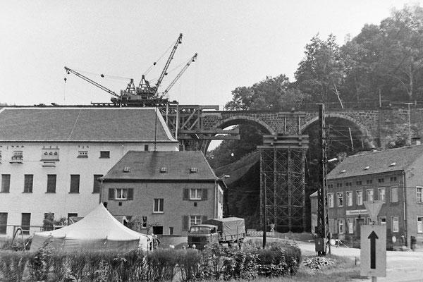 Bau der Behelfsbrücke am alten Hainersdorfer Viadukt.