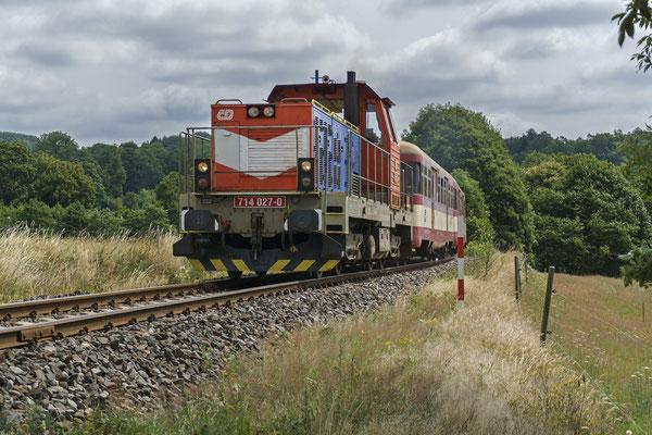714 027-0 mit dem Ausflugszug von Decin nach Mikulášovice bei Brtníky, 01.07.18