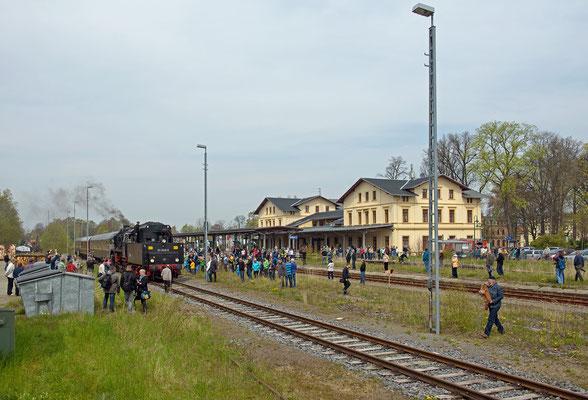 Der Sonderzug lockte eine große Menge Menschen auf den Bahnhof, wären es immer so viele hätte die Bahn wohl keine Sorgen... 01.05.16