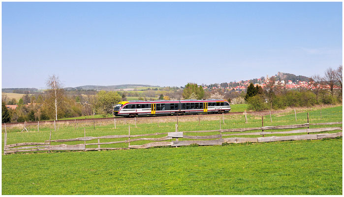 Kurze Zeit später rollt der Gegenzug aus Dürrröhrsdorf nach Neustadt durch die schöne Frühlingslandschaft bei Helmsdorf. 27.04.2012