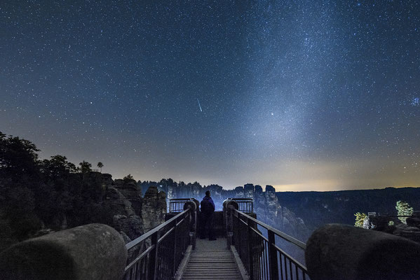 Am Tage wälzen sich hier die Touristen entlang und dies ist ein hart umkämpfter Fotospot. Nachts hat man seine Ruhe ;-) Am Himmel grüßt sogar eine Sternschnuppe, die ich erst zu Hause am Monitor entdeckt habe. ISO 3200, 15mm, f/2.8, 20 Sek.