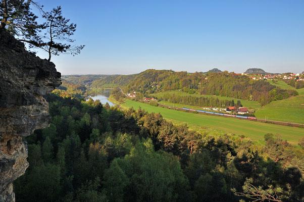 Blick von den Elbleiten hinab ins Elbtal. Im Tal zu erkennen die kleine Ortschaft Strand sowie die Elbtalbahn. Rechts am Horizont Rauenstein und Bärenstein. ISO 100, 16mm, f/7.1, 1/500sek.