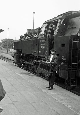 Szene am Sonderzug in Pirna mit 86 245.