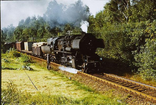 Sommer in der Oberlausitz. Der Nahgüterzug 65277 aus Bischofswerda hat die Einfahrt Neukirch passiert. 1987 fuhren auf dieser Strecke täglich noch 6 Güterzüge mit Dampfloks. Foto: Lutz Morgenstern