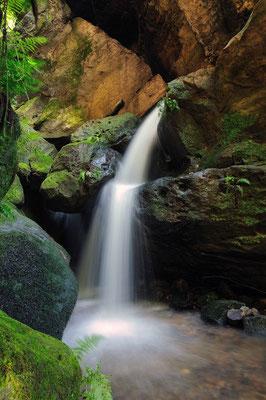 Kleiner Wasserfall oberhalb des Amselfalls nahe Rathen. ISO 100, 16mm, f/14.0, 2 Sek. (Polfilter).