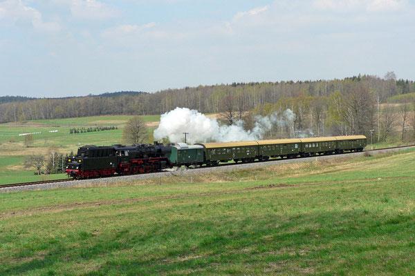 Der Streckenabschnitt bei Krumhermsdorf ist einer der vielen Highlights auf der Sebnitztalbahn, die Strecke ist hier in einem großen Bogen weit einzusehen und solch Stilreine Züge wie anno dazumal sind Romantik pur, 23.04.05,Foto: Jürgen Vogel
