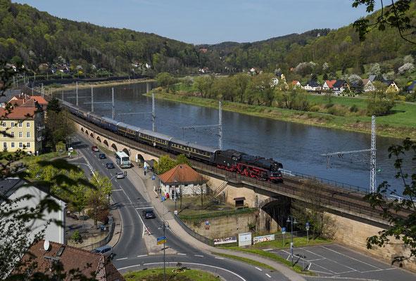 03 1010 mit dem Classic Courier auf dem Weg in Richtung Tschechien. Hier durcheilt der schöne Zug am 20.04.2018 die Ortschaft Königstein.