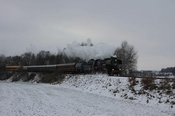 52 8080 hat hier soeben Dürrröhrsdorf verlassen und weiter geht die Fahrt in Richtung Stolpen. Foto: Michael Hube, 28.11.10