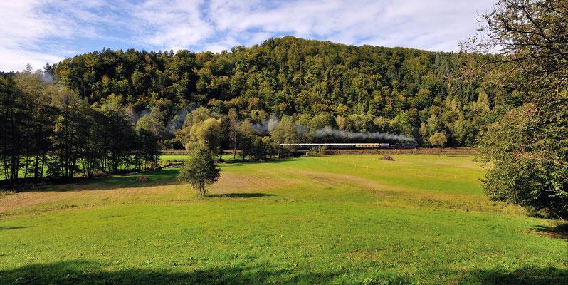 Im großen Talkessel bei Goßdorf Kohlmühle unterbricht das Schnaufen und Rattern des Zuges kurz die ländliche Idylle. 23.09.12