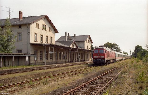 232 494 mit EC 176 in Dürrröhrsdorf Richtung Arnsdorf. 05.08.03 Foto: Archiv Kay Baldauf.