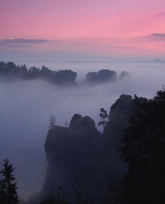 Mystisch nebliger Morgen im Basteigebiet. ISO 100, 50mm, f/4.0, 1/10sek.