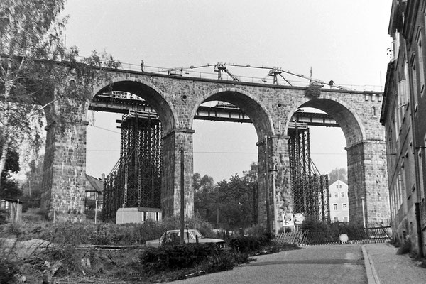 Die Behelfsbrücke ist fertig, bald hat das letzte Stündlein des schönen Steinbogenviadukts geschlagen.