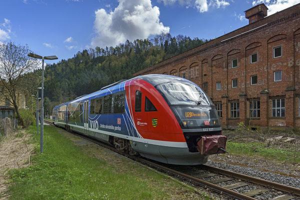Werbedesiro der Nationalparkbahn (Werbung für die beiden Nationalparke Sächsische - und Böhmische Schweiz) auf seinem Weg von Rumburk nach Decin in Goßdorf Kohlmühle. April 2017.