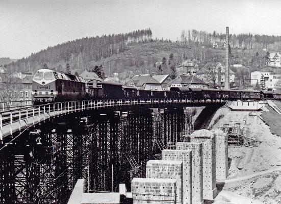 """""""U-Boot"""" 119 154-3 mit einem gemischten Güterzug hat soeben Sebnitz verlassen und rollt über die Behelfsbrücke nach Bad Schandau. 1986, Foto: Archiv Sven Kasperzek."""