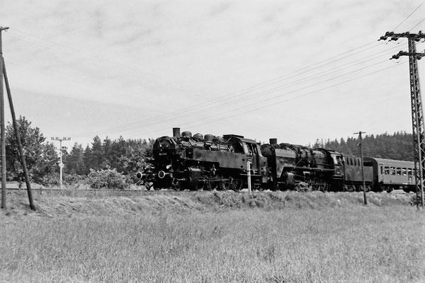 86 245 & 50 1849 mit Sonderzug am BÜ Krumhermsdorf in Richtung Neustadt.