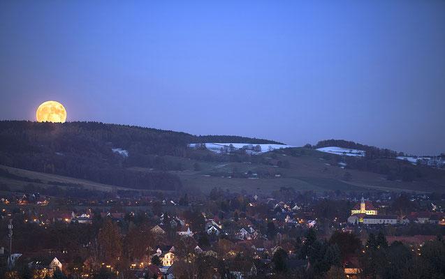 Aufgang des Supermondes am 14.11.16. Viel größer als jeder andere Vollmond erschien er nicht, auf dem Foto wird die Größenwirkung durch eine Telebrennweite verstärkt. Blick von Köhlers Berg in Richtung Langburkersdorfer Schloss.