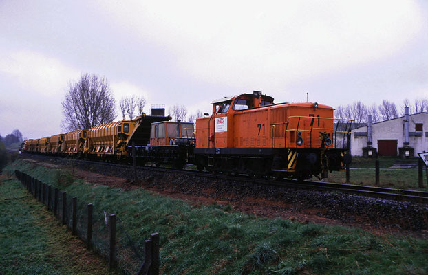 Lok Nr. 71 der Mitteldeutschen Eisenbahngesellschaft ( eine Ex V 60 der DR ) mit einem Gleisbauzug bei der Streckensanierung Neustadt-Dürrröhrsdorf hier bei Stolpen, März 1999