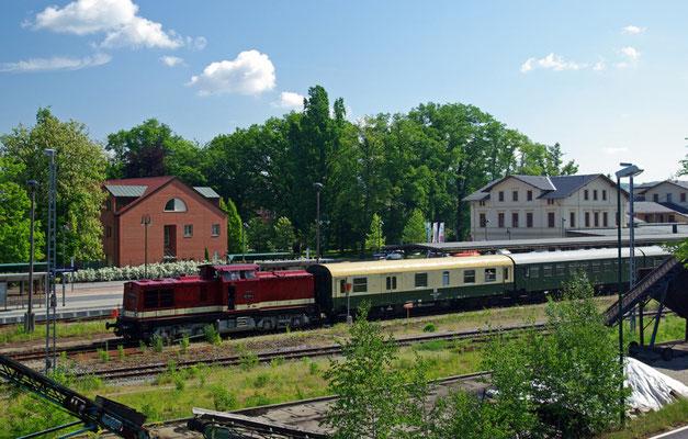 Der Sonderzug mit 112 331-4 wartet in Neustadt auf Ausfahrt ( Sonderfahrten zum Fest 675 Jahre Neustadt in Sachsen, Mai 2008 )