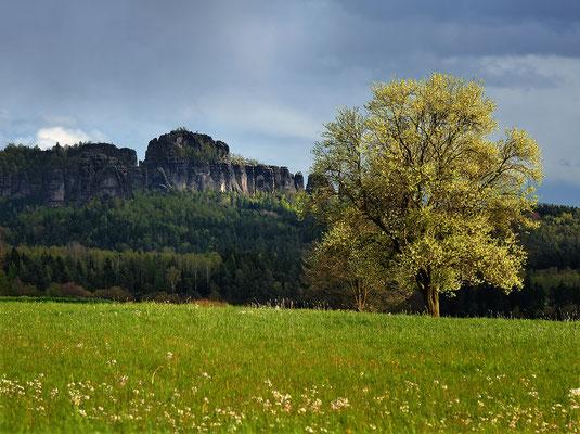 Blick zu den Schrammsteinen. Aufgenommen vom Adamsberg bei Altendorf. ISO 100, 105mm, f/7.1, 1/200sek.