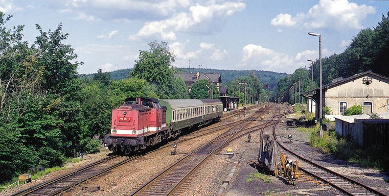 202 667 verlässt mit dem P 7485 den Bahnhof Neukirch ( Lausitz ) West mit Ziel Bad Schandau. Seit 2004 ist die Strecke Bautzen-Neustadt stillgelegt. Das Foto entstand vom Arbeitsplatz des Stellwerkers. August 1994, Fotograf: Andreas W. Petrak