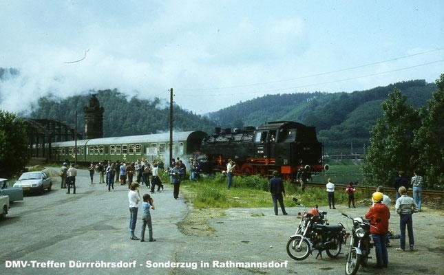 Am 16.06. 1984 veranstaltete der Deutsche Modelleisenbahnverband der DDR ein Dampfspektakel mit mehreren Dampflokomotiven verschiedener Baureihen auf den Strecken zwischen Bad Schandau-Neustadt & Pirna. Foto: Klaus Richter, www.miniaturelbtalbahn.de