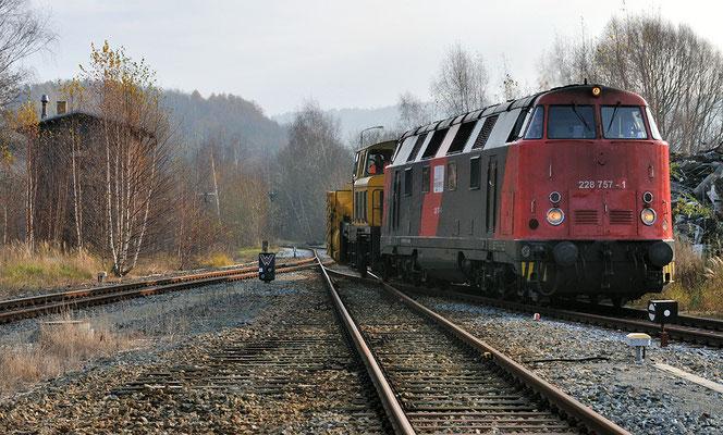 Die Schneefräse wird auf auf das äußere Rangiergleis geschoben, am Morgen des 22.11.11 wurde sie nach Dresden abtransportiert. 21.11.11