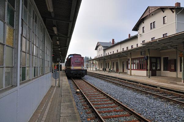Zug und Bahnhofsgebäude in Sebnitz. 05.11.11