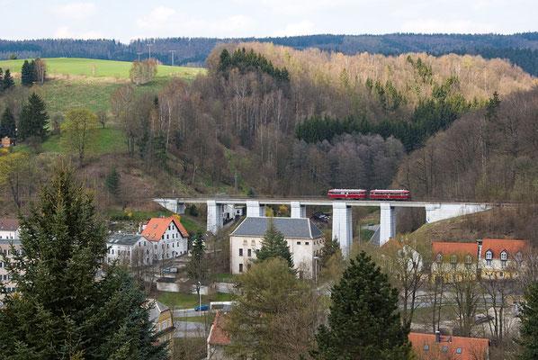 Kurz bevor er Sebnitz erreicht überquert der Triebwagen den Amtshainersdorfer Viadukt. Foto: Axel Förster, 17.04.12