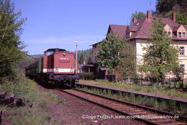 202 528 mit Regionalbahn Bautzen-Bad Schandau in Rathmannsdorf. 05.05.1999 Foto: Ingo Fritzsch