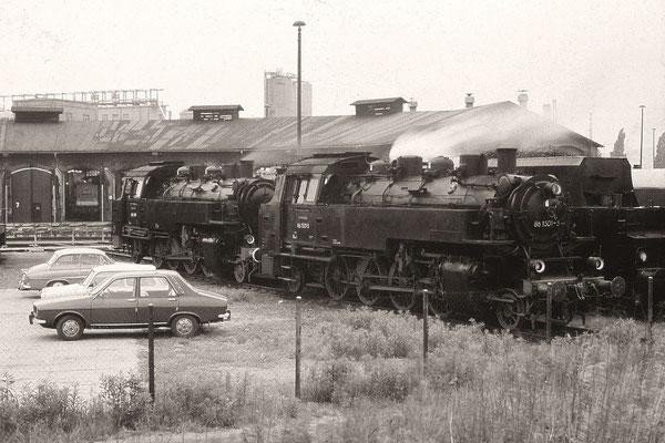 Sie hatten einen Sonderzug über die Nebenbahn via Dürrröhrsdorf nach Pirna gebracht. Vor der Rückkehr in ihre Heimatdienststellen verschnaufen 86 1501 und 86 049 in der TE Pirna. Ende der 80ér, Foto: Archiv Uwe Schmidt