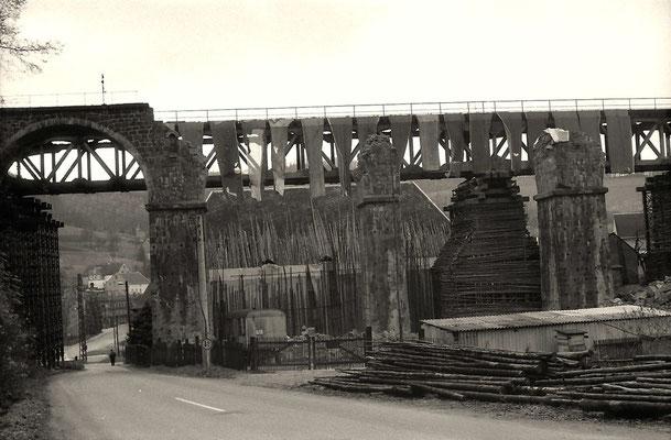 Die Behelfsbrücke haben NVA-Pioniere errichtet. Sie scheinen zur Materialgewinnung einen ganzen Wald abgeholzt zu haben. Die Trafostation wird durch eine 7 Meter hohe doppelte Palisadenwand geschützt, Foto: Lutz Morgenstern