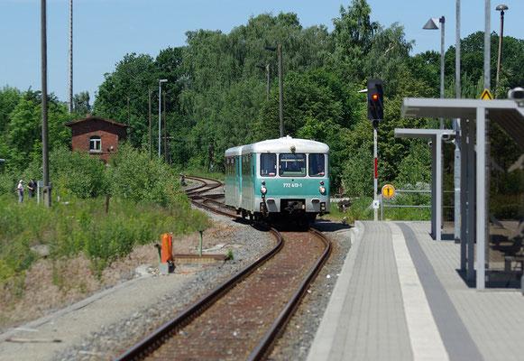 Die Ferkeltaxe der OSEF aus Pirna kommend bei der Einfahrt in Neustadt, 13.06.2009