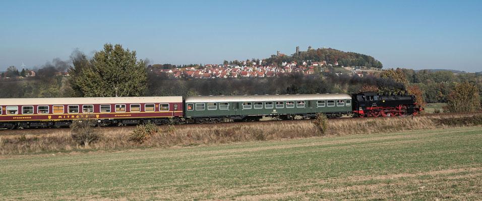 Vor der Burgkulisse von Stolpen schnauft 86 1333 in Richtung Neustadt. Foto: Klaus Schiekel, 13.10.18