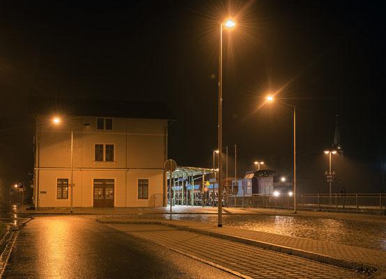 Press 204 036-6 & Schotterzug bei der Ausfahrt in Sebnitz, 15.11.2015.