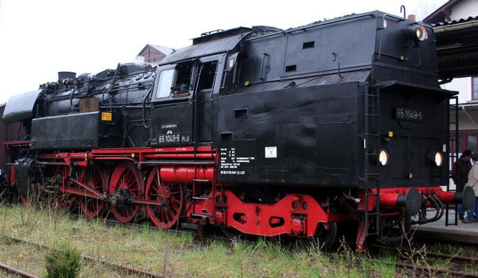 Auf der Rückfahrt nach Neustadt wartet die 65 hier auf den Gegenzug, in den 2 mitgeführten Güterwagen befand sich übrigens der Wasservorrat für die Lok, 19.04.2008, Foto: Jörg Feudel