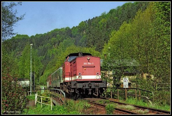 202 764 verlässt in Langsamfahrt den Bf.Goßdorf-Kohlmühle und rollt über die anschließende Sebnitzbrücke, 11. Mai 2001. Foto: Archiv Michael Sperl