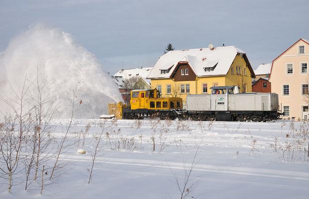 111 001 ( ex. V 100-West, Baujahr 1962, Antrieb Deutz 810kw ) mit der Schneefräse in Aktion. Neustadt, 04.01.2010
