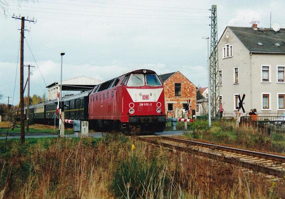 Noch ein Blick auf die nachschiebende 219 und den BÜ in Langburkersdorf, Oktober 2000, Archiv: Sven Kasperzek