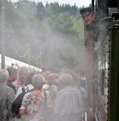 Sofort wird der Zug gestürmt, jeder will dabei sein wenn es das erste Mal auf dem Ausziehgleis Richtung Hohnstein geht. 27.08.2011