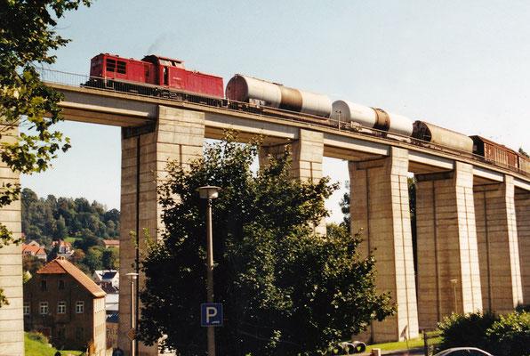 204 257 mit Umleiterzug (Jahrhunderthochwasser im Elbtal 2002) auf dem Sebnitzer Stadtviadukt.