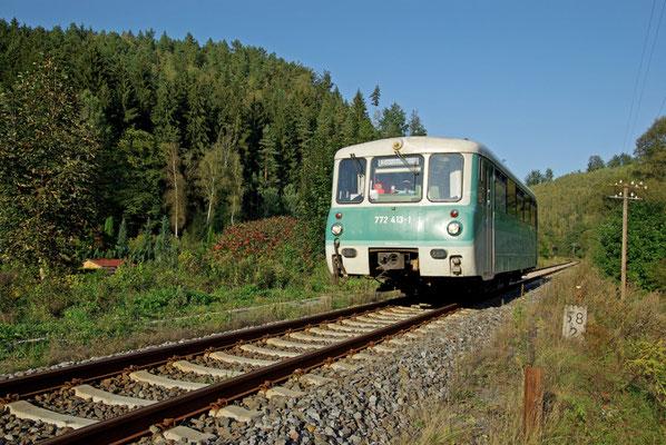 Langsam wird es Herbst im Sebnitztal, Sonderzug mit Ferkeltaxe der OSEF kurz vor Goßdorf-Kohlmühle, 18.09.2009