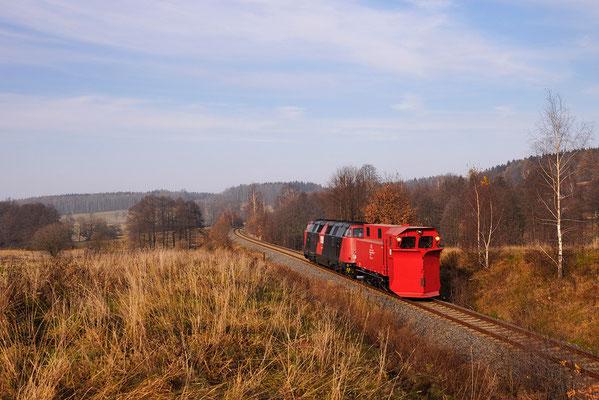 Die Fahrt führte über Bad Schandau. Hier kommt das schöne Gespann durch die Steigung von Krumhermsdorf. Der Neustädter Lokschuppen steht nun leer... 21.11.11