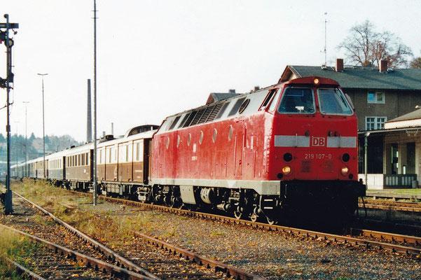 Mit zwei U-Booten und dem Rheingold unterwegs im Sebnitztal. Die Fahrt führte von Bad Schandau Richtung Bautzen. 219 107-0 & 219 035-3 waren die Zugloks. Oktober 2000, Archiv: Sven Kasperzek