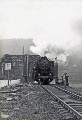 52 8064 überquert die Carolabrücke in Bad Schandau deren letztes Stündlein bereits geschlagen hat. Und auch der 52 wird bald der Dampf ausgehen...