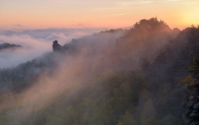 Ein traumhaft schöner Herbstmorgen. So wünscht sich das der Landschaftsfotograf. Aufgenommen vom Gohrisch, der Blick geht hinüber zur Hunskirche und Papststein. ISO 50, 58mm, f/8.0, 1/10sek.