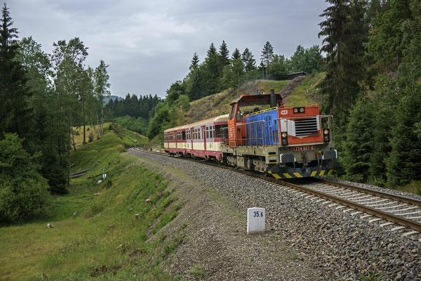 714 027-0 mit dem Ausflugszug von Decin nach Mikulášovice im Kamnitztal bei Dolní Falknov, 01.07.18