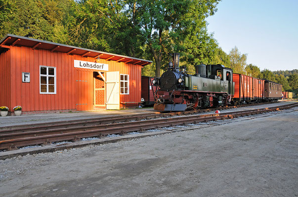 Der Zug vor dem Bahnhofsgebäude Lohsdorf. 26.08.2011
