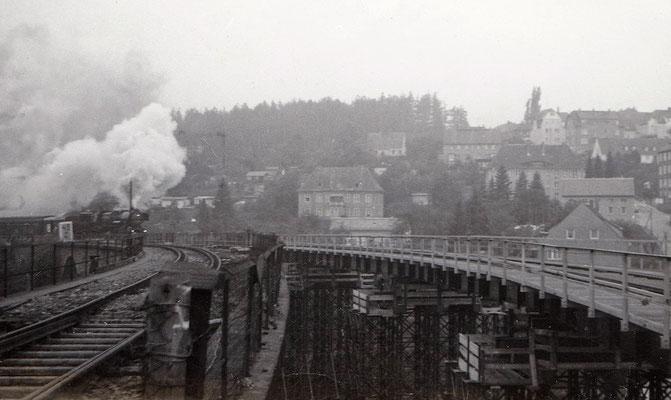 Kurz vor dem Abriss des alten Stadtviaduktes von Sebnitz, der Zugverkehr (mit BR 52 aus Bad Schandau) rollt bereits über die Behelfsbrücke. 1986, Foto: Archiv Sven Kasperzek