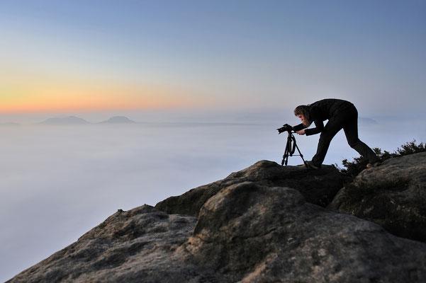 Fotografin über dem Nebelmeer auf der Suche nach einem Bildschönen Motiv ;-) ISO 100, 24mm, f/4.0, 1/3sek.