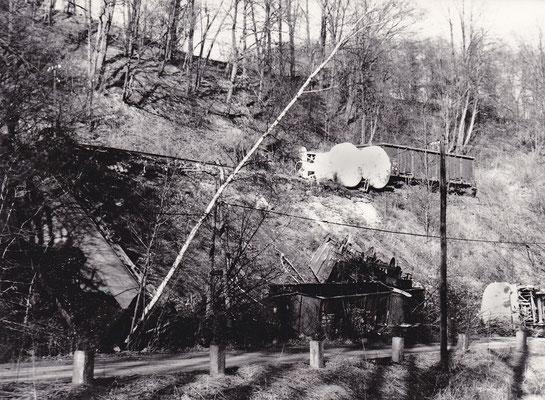 Nur sehr wenige Unfälle gab es auf der Sebnitztalbahn... einer davon geschah am 15.02.1988 als sich bei Amtshainersdorf auf Grund eines schadhaften Gleises mehrere Wagen eines Güterzuges über den Bahndamm verabschiedeten. Foto: Archiv Sven Kasperzek